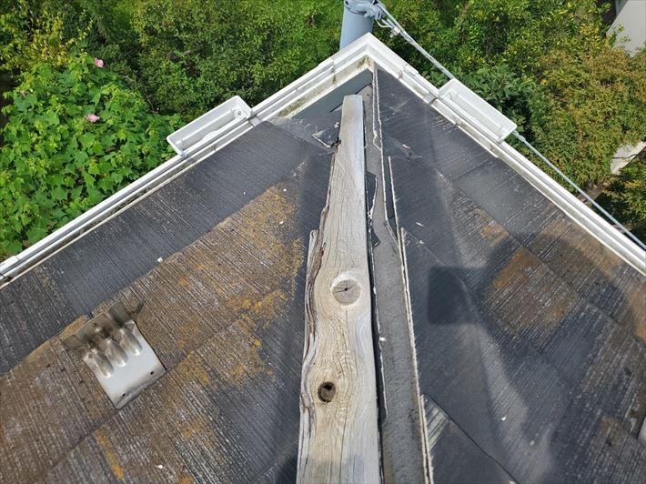 棟板金が飛散し防水紙が露出しているので雨漏りに繋がります