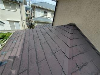 スレート屋根の下屋根の防水性が低下し苔が発生しています