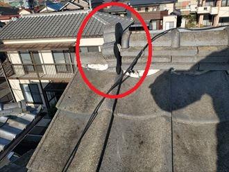 棟の鬼瓦が傾いているので落下する危険性があります