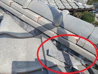 瓦屋根の棟のモルタルが剥がれています