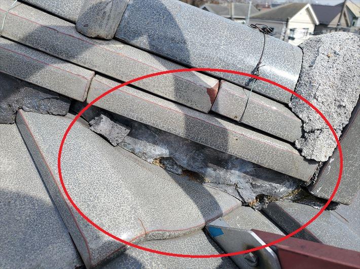 棟の葺き土が露出すると雨漏りに繋がります