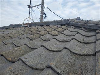 漆喰が剥がれた瓦屋根の調査