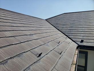 塗膜が剥がれて防水性が低下しているスレート屋根