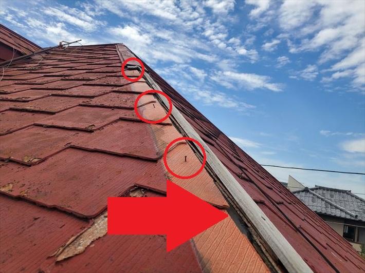 強風の影響により棟板金が飛散