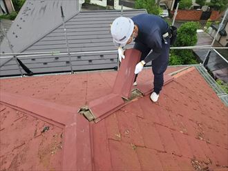 棟板金交換工事にて既存の棟板金を解体