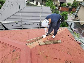 棟板金交換工事にて既存の貫板を解体