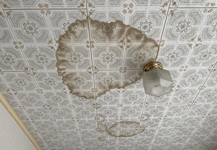 天井には雨漏りによるシミができていました