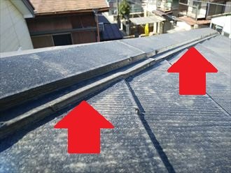 棟板金とスレートが重なる部分に雨漏りの原因になるコーキング処理が施されていました