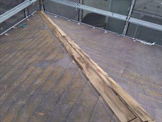 棟板金交換工事にて既存の棟板金を解体撤去