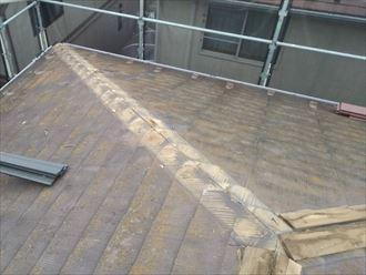 棟板金交換工事にて既存の棟板金と貫板を解体撤去