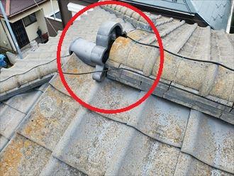 瓦屋根の鬼瓦が傾いているので落下に繋がります