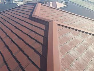 塗膜が剥がれて防水性が低下して苔・藻・カビが発生しているスレート屋根
