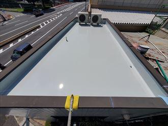 ウレタン塗膜防水通気緩衝工法にて陸屋根防水工事の様子