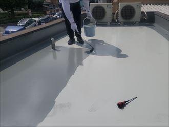 ウレタン塗膜防水通気緩衝工法にて陸屋根防水工事、トップコート塗布