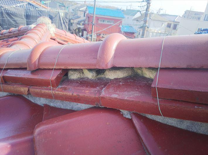 瓦屋根の棟の漆喰が剥がれると雨漏りに繋がります