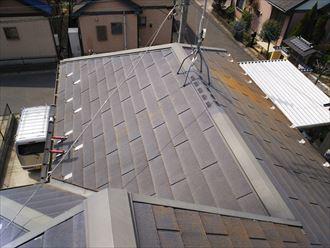 防水性や耐久性の低下によりスレートがひび割れているスレート屋根