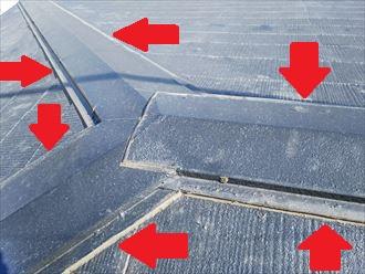 棟板金とスレートが重なる部分を塞ぐと雨漏りに繋がります