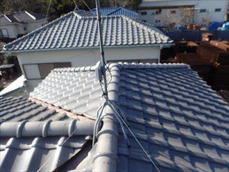 雨漏りしている瓦屋根の調査
