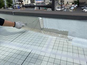 陸屋根防水工事にて立上がりを密着工法にて施工