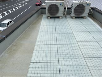 ウレタン塗膜防水通気緩衝工法にて陸屋根防水工事の自着シート敷設