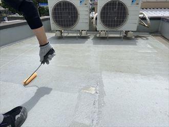 ウレタン塗膜防水通気緩衝工法にて陸屋根防水工事のプライマー塗布