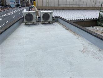 ウレタン塗膜防水通気緩衝工法にて陸屋根防水工事のプライマー塗布の様子