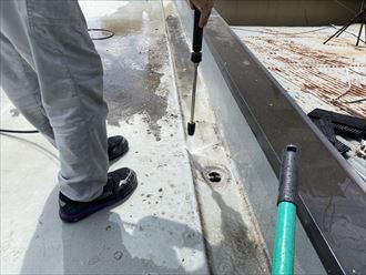 ウレタン塗膜防水通気緩衝工法にて陸屋根防水工事の洗浄工程