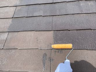 屋根塗装工事にて下塗りの様子