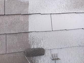ファインパーフェクトベストを使用した屋根塗装工事の中塗り工程