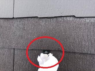 屋根塗装工事にて縁切りの為のタスペーサーを挿入