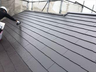 ファインパーフェクトベストを使用した屋根塗装工事にて上塗りの様子
