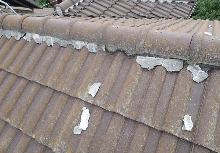 屋根上に漆喰の破片があります
