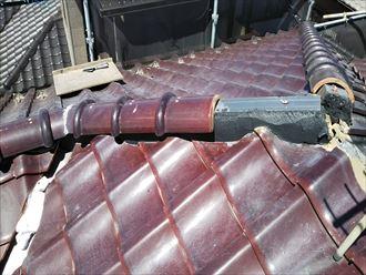 棟取り直し工事で棟瓦を積んでいきます