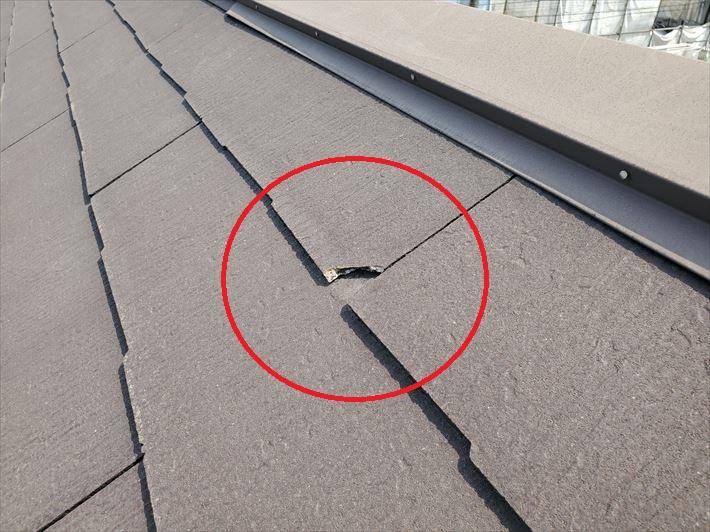 スレート屋根調査にてスレートが欠けている箇所を発見