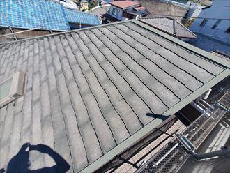 屋根塗装工事にて高圧洗浄を行い汚れや苔を除去