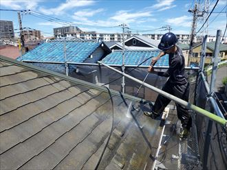 屋根塗装工事にて高圧洗浄作業の様子