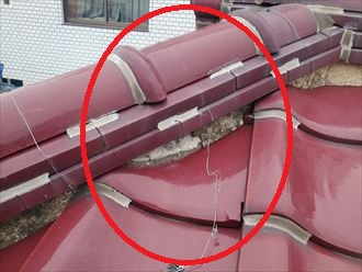 棟を固定する銅線が切れています