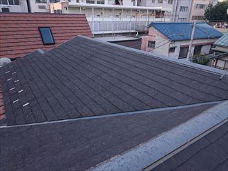 表面の塗膜が劣化し、全体的に色褪せたスレート屋根