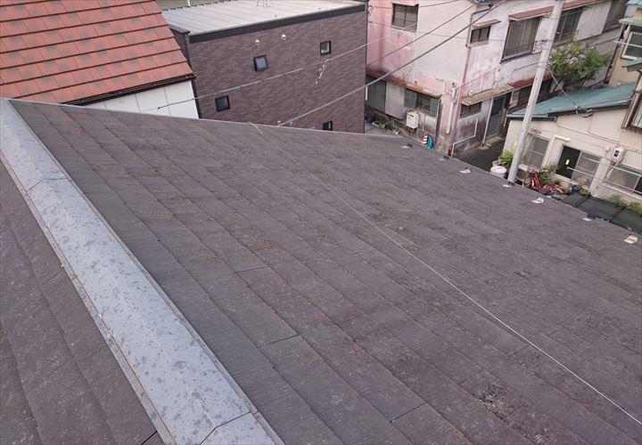 スレート表面の塗膜が劣化した屋根