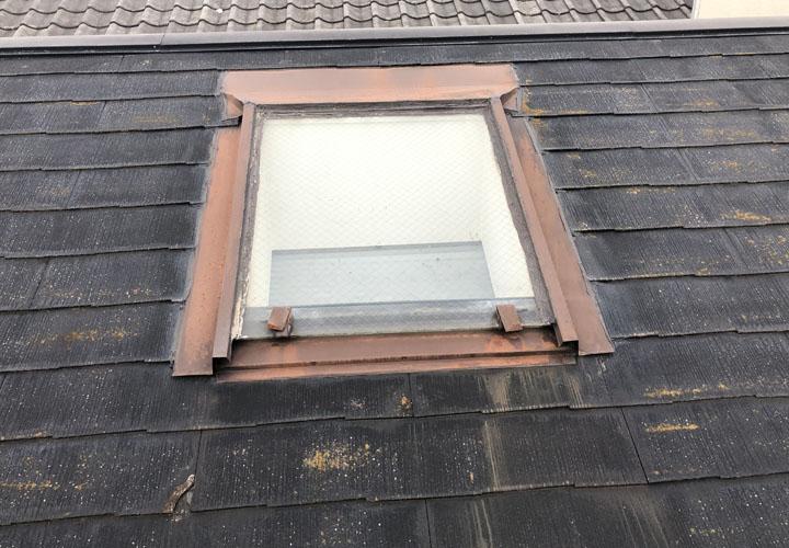天窓が劣化しスレートの端が欠けています
