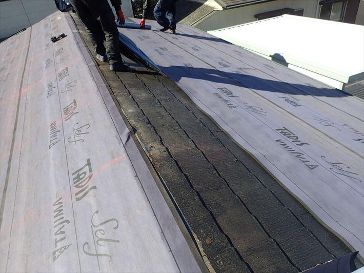 屋根カバー工事にてルーフィングを敷設