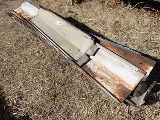 屋根カバー工事にて既存の棟板金を撤去