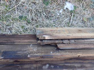 屋根カバー工事にて既存の棟板金を撤去、下地材の貫板も撤去