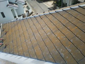 防水性が低下し苔が発生しているスレート屋根