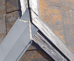 破損した棟板金の繋ぎ目