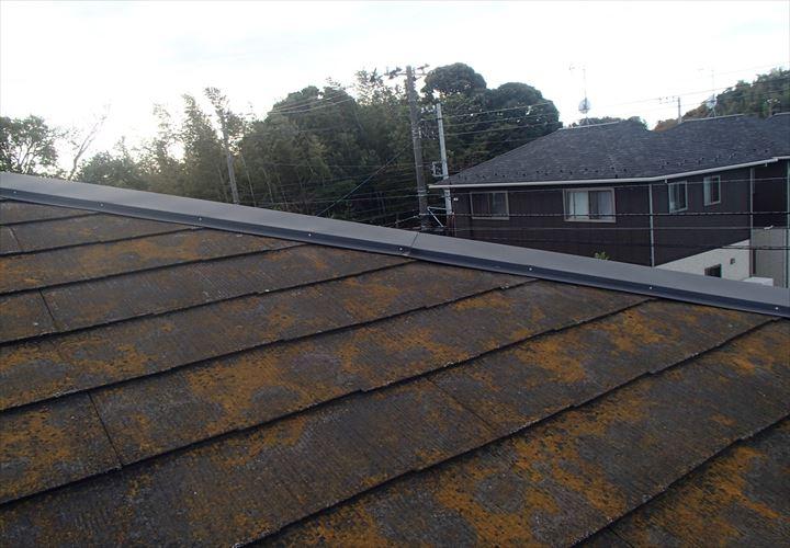 塗膜が劣化して苔が目立つスレート屋根