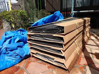 屋根葺き替え工事で新しい屋根材を設置していきます