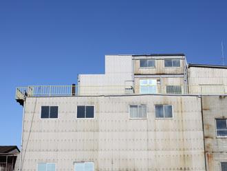 屋根・外壁が全て大波スレートという建物も多い
