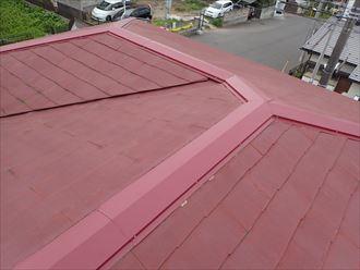 富津市|太陽光パネルが設置された瓦屋根の雨漏りを葺き直し・棟取り直し工事で改善!
