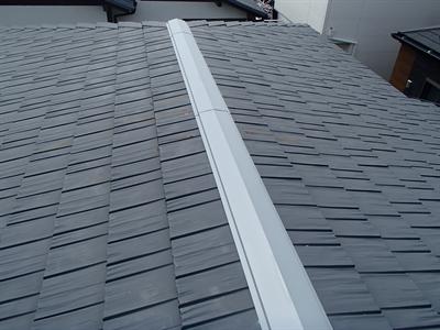 浦安市にて賃貸戸建の金属屋根補修、飛散した棟板金を交換し雨漏りを防止